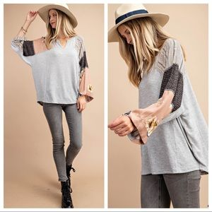 Print mixed sleeve knit top.